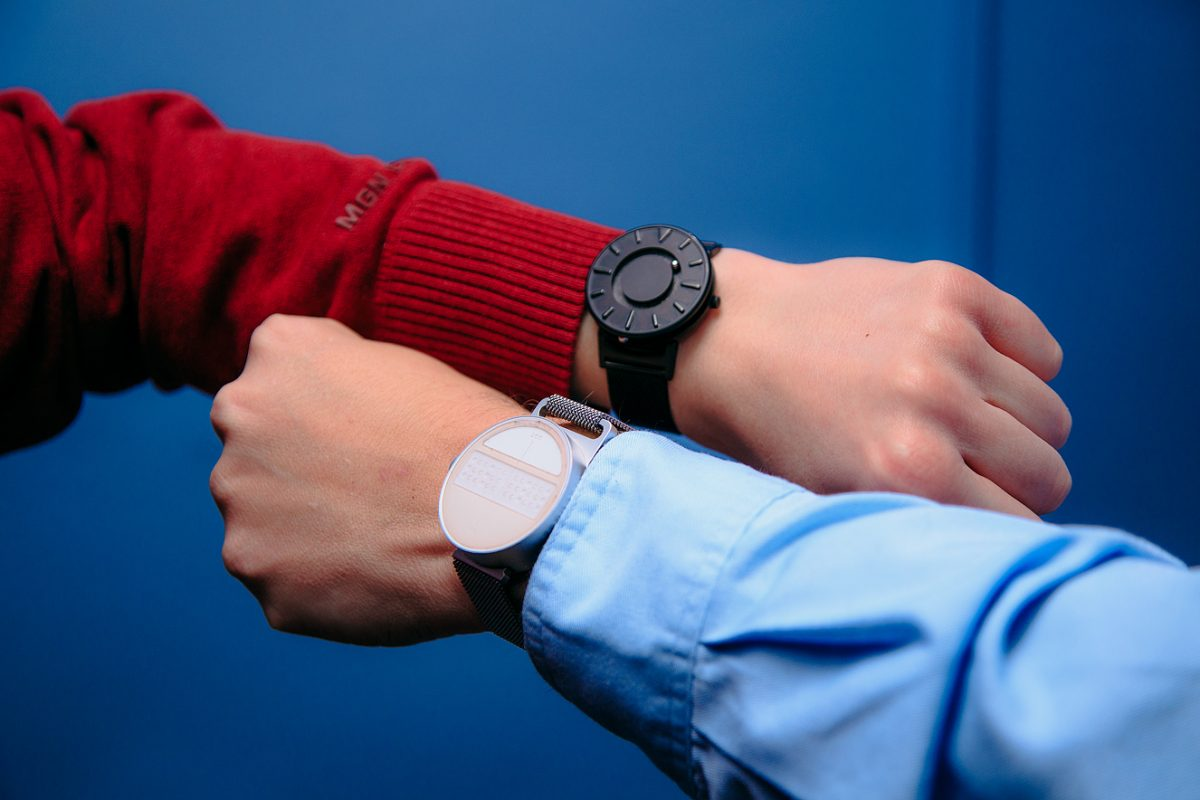 Павел Обиух и Олег Шевкун демонстрируют тактильные часы