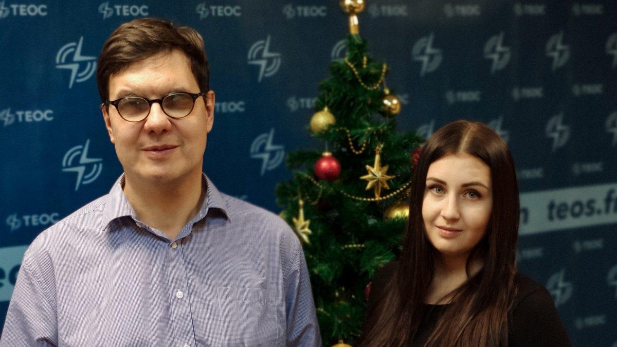 Фото: Татьяна Крук и Олег Шевкун на фоне новогодней ёлки